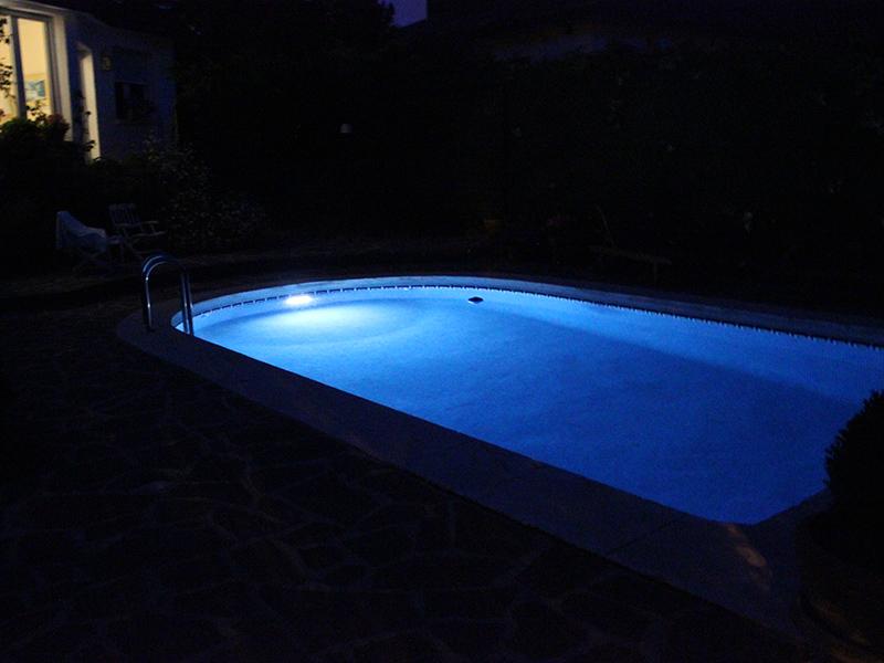 Lampada solare subacquea per piscine eur u ipersolar